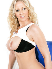 Skillful mom Julia Ann masturbating for the audience and spreading pussy