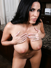 Mesmerizing flapper Veronica Rayne posing in jeans and working with pussy