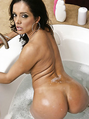 Sultry pornstar Francesca Le taking a hot bath and fingering really hard