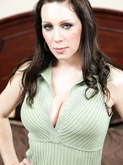 Fantastic cougar RayVeness spreading pussy and fingering for the audience