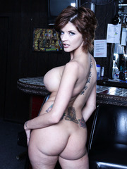 Booty Joslyn James demonstrates big tits and gets naughty on camera