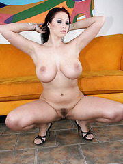Brunette milf Gianna Michaels shows her great body an big natural boobs