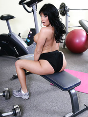 Horny and hungry mature Tory Lane enjoys to practice sports being completely naked