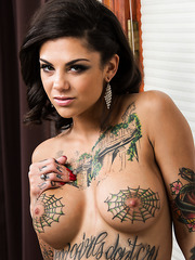 Seductive milf Bonnie Rotten fingers shaved sissy and gets ready for a cock