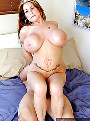 Fascinating tattooed babe Summer Sinn doing a hot titjob