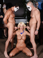Exquisite blonde MILF Courtney Taylor pleasing two cocks simultaneously
