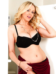 Busty mature MILF Julia Ann showing her delicious and sexy boobs and ass
