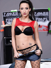 Gorgeous babe Lizz Tayler wearing her fishnet stocking and showing pussy