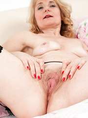 Fashionable mature Isabella is having a erotic photo shot session