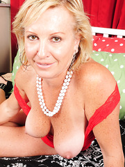 Fascinating mature slut Nicole enjoys showing off her curves and boobs