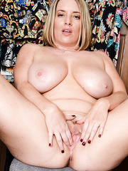 Marvelous and delicious MILF Maggie Green likes to spread her legs