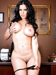 Assy brunette milf Diamond Kitty shows her nice ass and big tits on the cam