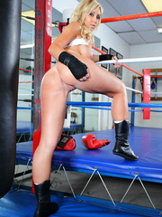 Cool babe Jessica Lynn practicing boxing and showing delicious boobs