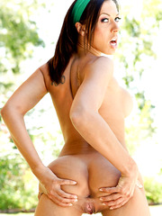Well-known whore Rachel Starr posing outside and spreading sissy on camera