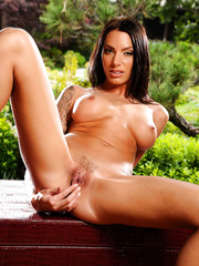 Long-legger slut Juelz Ventura stripping outside and shocking neighbors