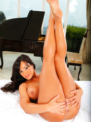 Sultry milf Lisa Ann prefers to pose naked and finger trimmed vagina