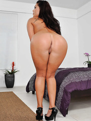 Playful London Keyes taking off clothes and showing big fuckable ass