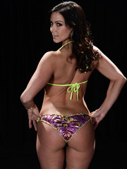 Amazing Jewels Jade and naked Kendra Lust showing delicious butts