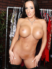 Curvy milf Richelle Ryan takes off her beautiful lingerie and poses naked