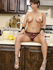 Short haired milf Kayla Synz willingly spreads her sexy butt at the kitchen