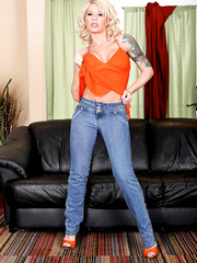 Gorgeous blonde milf Brooke Haven spreads her sexy long legs and shaved pussy
