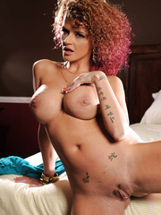 Pretty and young girl Joslyn James shows her big tits on the bed