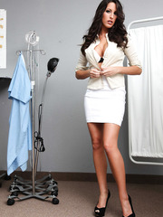 Bewitching doctor Kortney Kane shows off her mesmerizingly alluring body with perfect forms