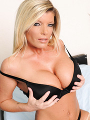 Mature blonde with big boobs Kristal Summers is a super exciting doctor