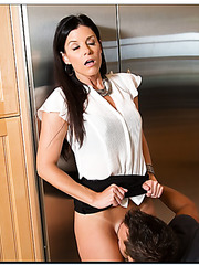 Arrogant bitch India Summer making a deepthroat and waiting for warm cum