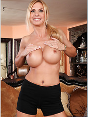 Curious lady Brooke Tyler prefers to strip and demonstrates her skills