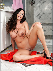 Delightful lady Ariella Ferrera demonstrating trimmed snatch and fingering