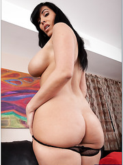 Zealous bitch Veronica Rayne prefers posing and playing with juicy boobies