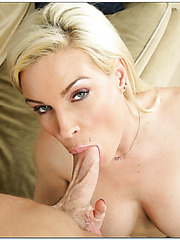 Irresistible wife Diamond Foxxx bagning with youngsters on the sofa
