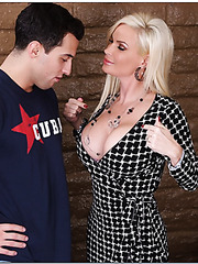 Arresting blonde with perfect huge breast Diamond Foxxx fucks like a sex-goddess
