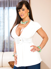 Busty brunette Lisa Ann amaze everyone with her gorgeous ass