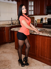 Busty estate agent Luna Star will show her gorgeous body in the kitchen