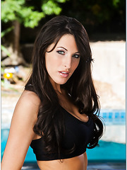 Fascinating brunette bombshell Kortney Kane presents us her unbelievably hot body