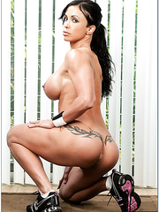 Horny brunette lady Jewels Jade look so hot without her sexy lingerie