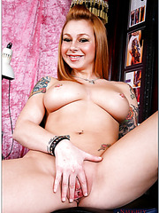 Gorgeous ginger Scarlett Pain is having some good time posing for camera