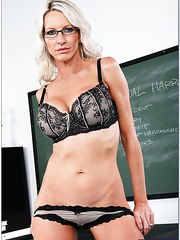 Awesome teacher Emma Starr shows off her excellent body in the fucking scene