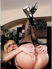 Slutty blonde Taylor Wane taste a nice cock with her gentle tongue