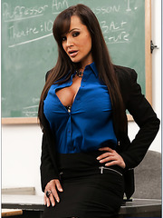 Gorgeous brunette milf Lisa Ann gets her fucker's sperm on the tits