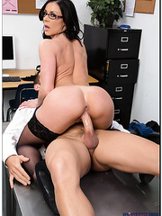 Horny brunette milf Kendra Lust gets a great cunnilingus from her fucker