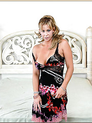 Marvelous cougar babe Phyllisha Anne is showing her good looks and her twat
