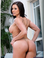 Kendra Lust is one hot Milf that likes to show off her gorgeous body
