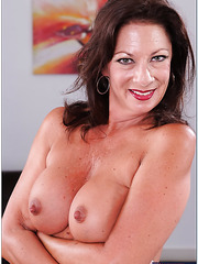Ardent mature Margo Sullivan adores posing without clothes and fingering