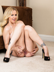 Julia Ann prefers posing with no clothes and demonstrating her awesome tits