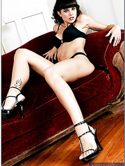 Erotic chick Lola del Valle jilling sissy on the floor and making a deepthroat