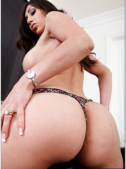 Booty babe Alexis Breeze prefers when her pussy is licked and fingered