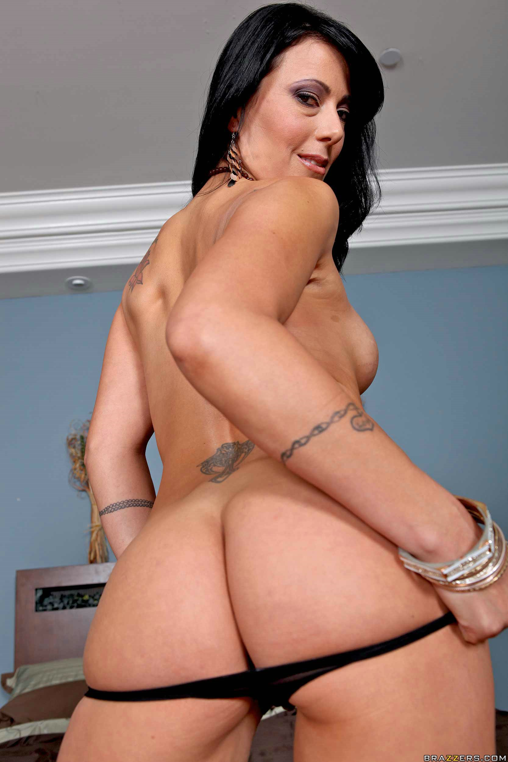 image Brunette mil zoey holloway smashed in her cunt by big snake